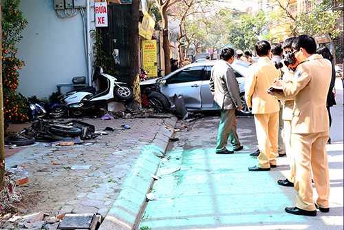 Nhiệm vụ của cảnh sát giao thông khi điều tra tai nạn giao thông là ghi nhận hiện trường và tìm cách đưa người bị nạn đi cấp cứu kịp thời. Ảnh: Bá Đô