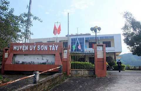 UBND huyện, cửa đóng then cài, đi dự đám tang, về quê sớm, nghỉ làm, Sơn Tây, Quảng Ngãi, trụ sở huyện, vắng tanh