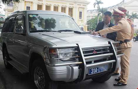 CSGT xử phạt một xe biển số xanh vi phạm giao thông. Ảnh: TP