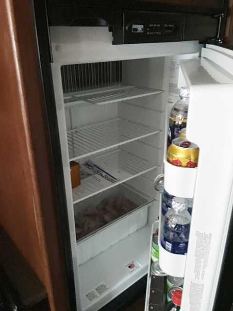 Tủ lạnh với nhiều ngăn để đồ ăn, thức uống.
