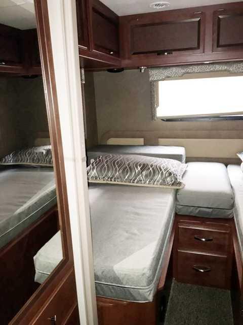 Giường ngủ được thiết kế cho 5 người. Ngoài ra, trên xe còn có phòng làm việc hỗ trợ Wi-Fi. Chiếc Thor Vegas hiện đã được bàn giao cho chủ nhân ở Hà Nội.