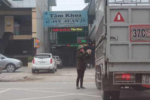 Xe ô tô đỗ vào khu vực không cho phép đỗ nhưng nhân viên Ban quản lý chợ Vinh không nhắc nhở và chỉ làm nhiệm vụ lấy tiền