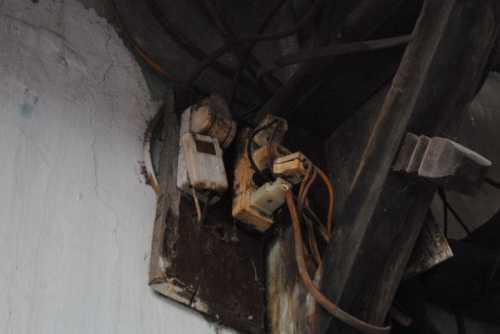 ường nhà có nhiều vết nứt toác khiến gia đình phải chịu cảnh dột nát khi mưa bão. Chị Lập cho biết mỗi khi xe <a href='http://vtc.vn/oto-xe-may.31.0.html' >ô tô</a> lớn đi qua, cảm giác như nhà đang lung lay khiến gia đình rất hoang mang. (Ảnh: Thanh Hùng)