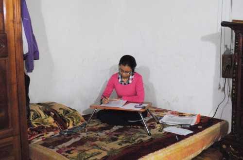 Cả gia đình sinh hoạt chung trong căn phòng rộng chưa đầy 20m2, cũng là phòng ngủ chung với 2 tấm đệm. (Ảnh: Thanh Hùng)