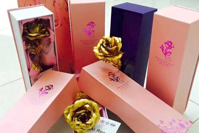 Hoa hồng vàng nhái 24k được rao bán nhiều trên Internet với mức giá 200.000-300.000 đồng. Ảnh: Facebook