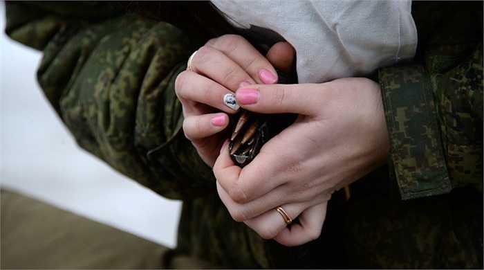 Nữ binh sỹ tháo lắp băng đạn