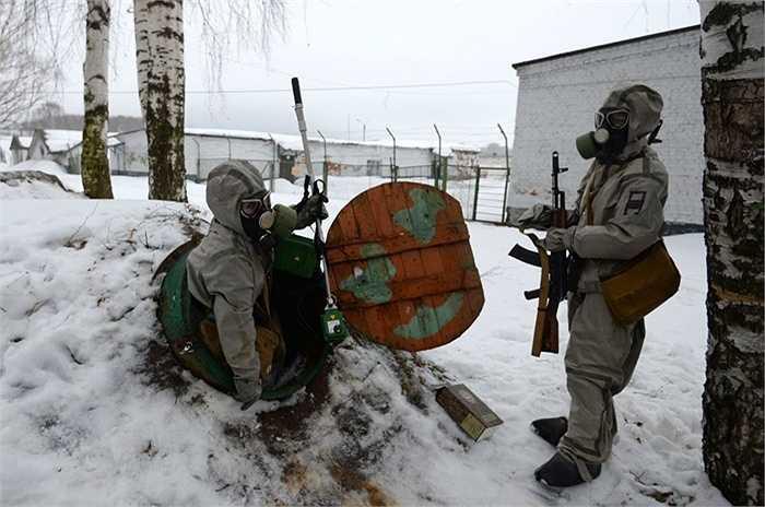 Những nữ binh sỹ Nga trong trong phục phòng hóa