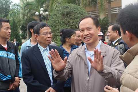 Bí thư Tỉnh ủy Thanh Hóa trịnh Văn Chiến đối thoại cởi mở với bà con ngư dân Sầm Sơn sáng 7/3. Ảnh: Hồng Thắng