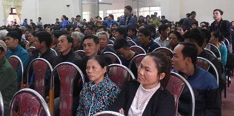 Hàng trăm ngư dân tại hội trường đối thoại