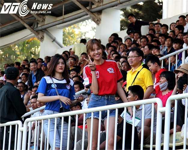 Một trong số CĐV nữ Than Quảng Ninh được chú ý nhất là người mẫu Kỳ Hân, bạn gái của cầu thủ Mạc Hồng Quân