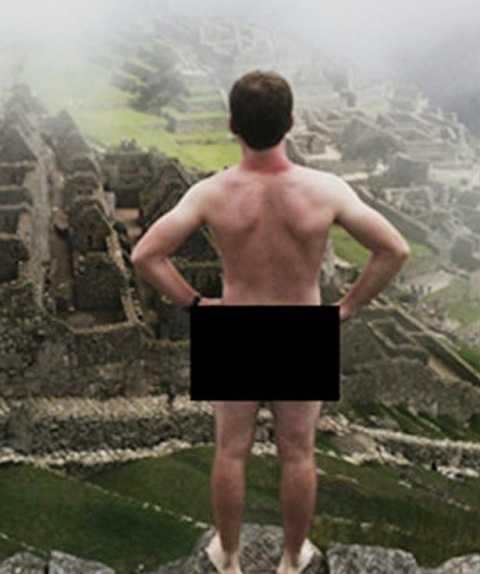 Adam thản nhiên trần truồng đứng chụp ảnh tự sướng tại khu di tích. Ảnh Daily Mail