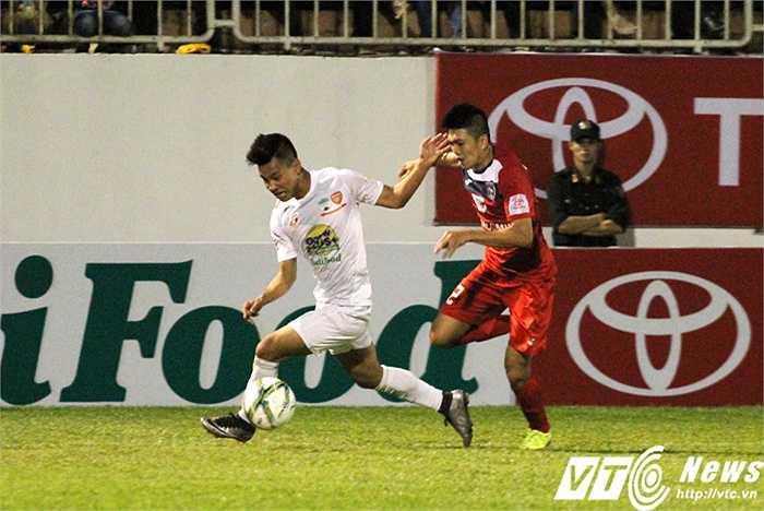 Dương Văn Khoa có lẽ là cầu thủ vất vả nhất trận khi vị trí của anh đối đầu với Văn Thanh đang thi đấu rất 'lên chân'