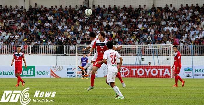 Sự quyết tâm của HAGL còn thể hiện qua pha tranh chấp trên công này giữa Minh Vương và Dyachenko. Một cầu thủ không quá 1m70 và một cầu thủ vượt mức 1m90