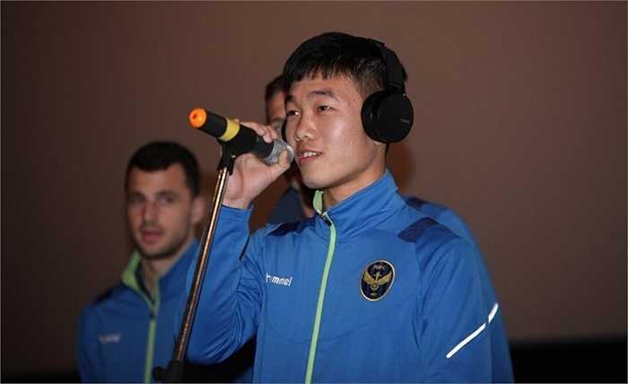 Xuân Trường thể hiện khả năng ca hát trước các đồng đội mới và người hâm mộ xứ Hàn.