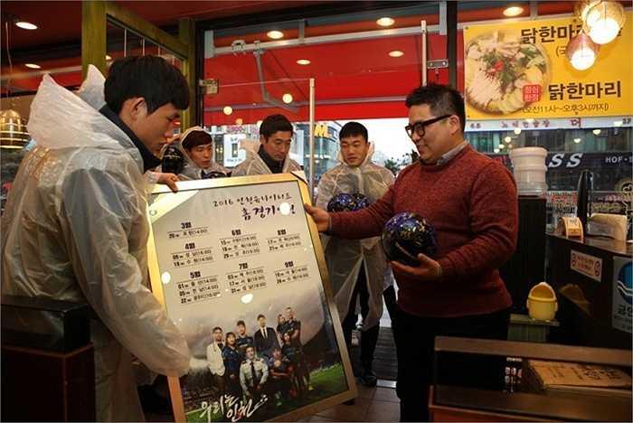 Trước đó, Xuân Trường cùng các cầu thủ tới giao lưu với người hâm mộ tại một số địa điểm trong thành phố Incheon.