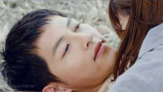 Khi bịMo Yeon đè lên người, Shi Jin có biểu cảm rõ hưởng thụ, ánh mắt mơ màng bị fan trêu là đang cảm thấy rất 'phê'.