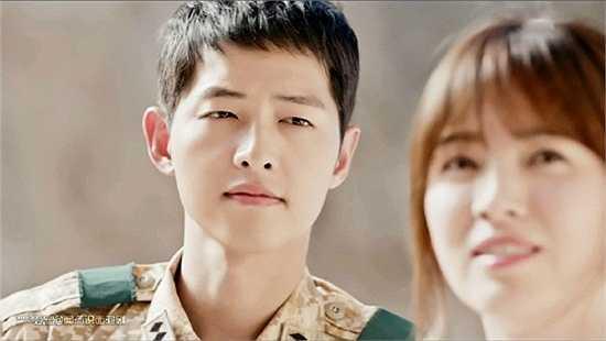 Hình ảnh Shi Jin trong bộ đồ quân nhân mạnh mẽ, đôi mắt ngắm nhìn Mo Yeon đầy dịu dàng, quan tâmkhiến fan nữ đổ gục. Anh chàng chính là mẫu bạn trai mơ ước của các mọt phim Hàn. (Nguồn: VnExpress)