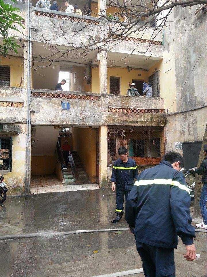 Lực lượng PCCC phải dùng vòi nước phun để công an phường áp sát khống chế đối tượng.