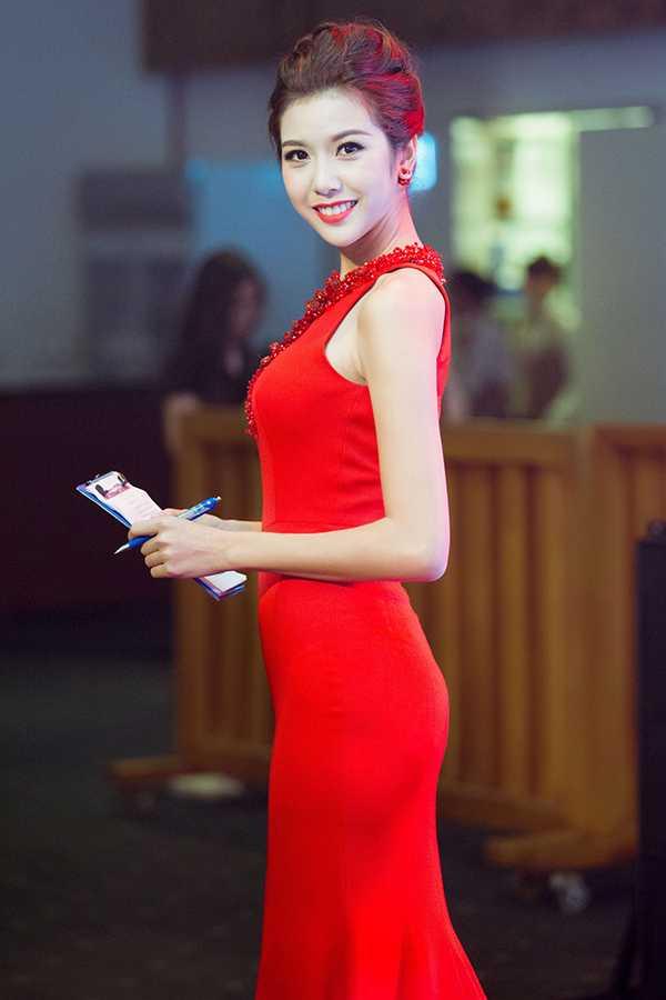 Tối qua, Thúy Vân lựa chọn đầm đỏ xẻ cao khoe nhan sắc gợi cảm khi nhận lời dẫn chương trình cho một sự kiện tại TP.HCM.