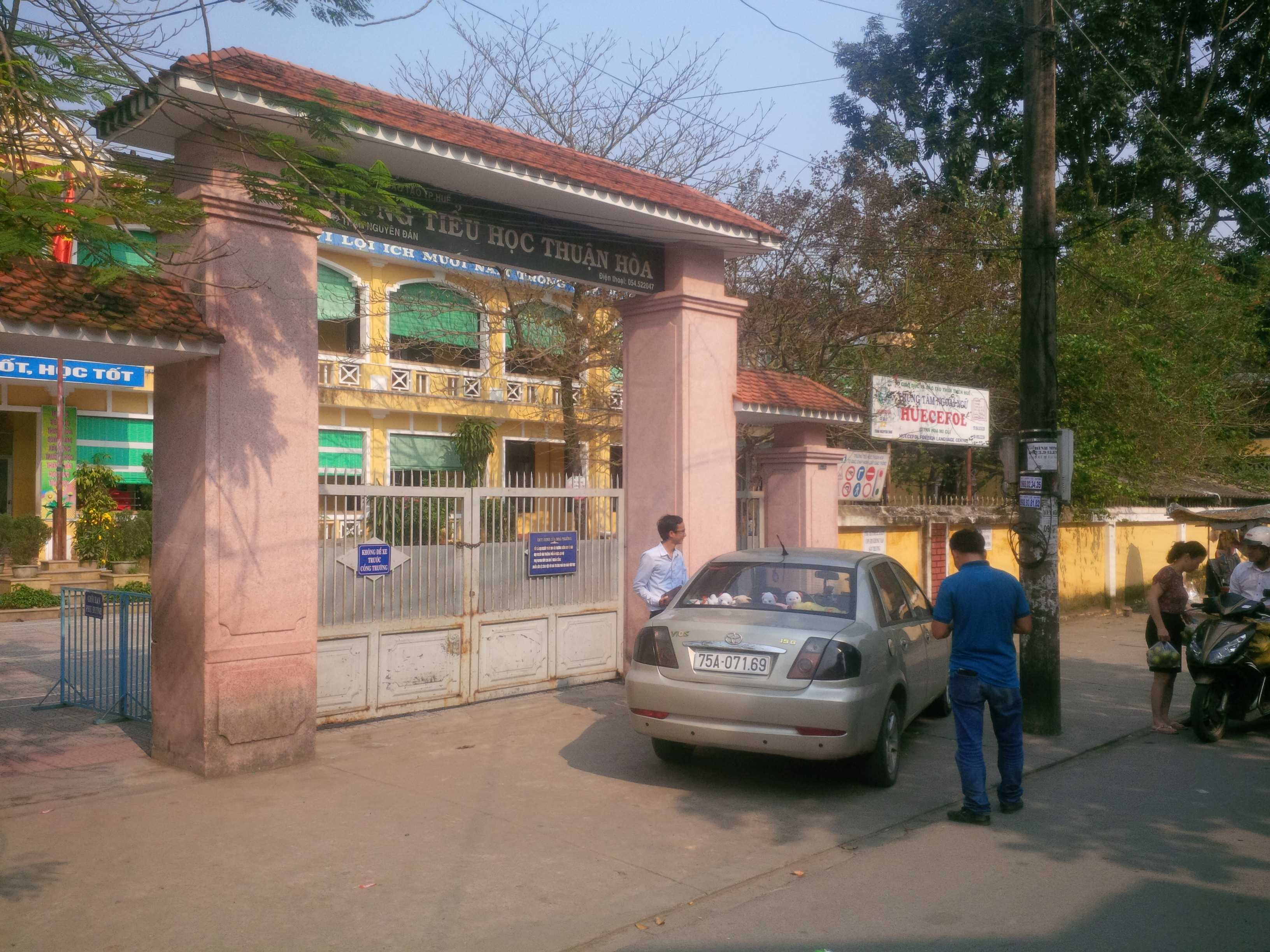 Một nữ học sinh lớp 3 nghi bị kẻ bịt mặt khống chế đưa khỏi trường.