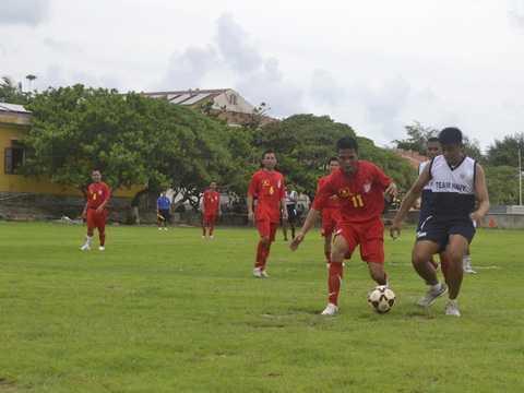 Một pha bóng giữa cầu thủ - người lính hải quân Việt Nam và Philipines trên sân bóng đá đảo Song Tử Tây ngày 8/6/2014 - Ảnh: AFP/TTXVN