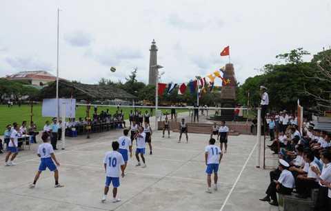 Diễn biến trận thi đấu bóng chuyền giữa những người lính đảo Việt Nam – Philipines ngày bên cột mốc chủ quyền ở đảo Song Tử Tây ngày 8/6/2014 - Ảnh: AFP/TTXVN