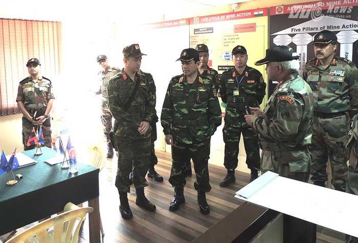 Thượng tướng Võ Văn Tuấn trao đổi với các chuyên gia nước bạn