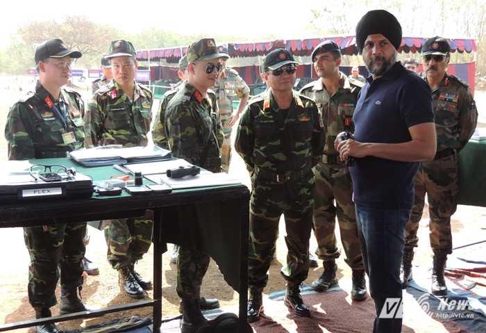 Thượng tướng Võ Văn Tuấn trao đổi với chuyên gia nước bạn