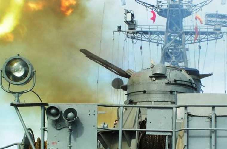 Tàu tên lửa Osa II cũng có hệ thống phòng không với hai bệ pháo cao tốc AK-230 (2.000 viên dự trữ) cùng hệ thống điều khiển hỏa lực MR-104 Rys. AK-230 đạt tốc độ bắn tới 2.000 phát/phút có thể đối phó đánh chặn tên lửa chống hạm của đối phương.