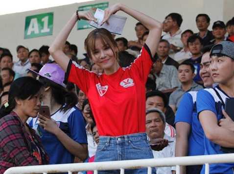 Kỳ Hân trên khán đài sân Pleiku cổ vũ Mạc Hồng Quân trong trận đấu giữa HAGL và Than Quảng Ninh ở vòng ba V-League