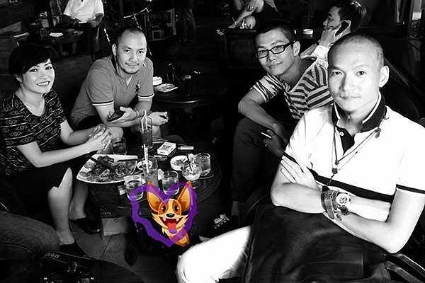 Ali Hùng Cường trong một lần đi cà phê cùng ca sĩ Phương Thanh, Đinh Tiến Đạt (giữa) và nhiếp ảnh Thành Nguyễn.