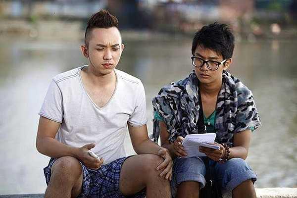 Chàng phó đạo diễn giúp La Quốc Hùng tập diễn xuất trước khi quay 'Vừa đi vừa khóc'.