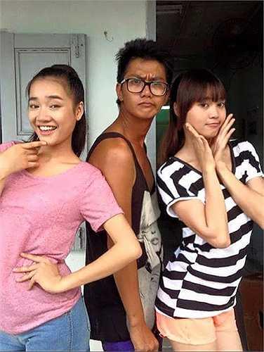 Ali Hùng Cường gọi mình là 'Hoa hậu' khi chụp ảnh cùng Nhã Phương (trái) và Ninh Dương Lan Ngọc. Bộ ba thân nhau sau thời gian làm phim 'Vừa đi vừa khóc'. Khi hay tin Ali qua đời, Lan Ngọc chia sẻ, cô rất bàng hoàng.