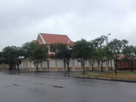 Ngôi biệt thự ở khối phố Mỹ Thạch Bắc nơi ông Lê Phước Hoài Bảo sinh sống bị hai đối tượng Tấn và Tùng đột nhập trộm 3 con chim chào mào.