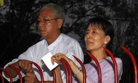 Ông Htin Kyaw chụp ảnh chung với bà Aung San Suu Kyi năm 2010. (Nguồn: AFP)