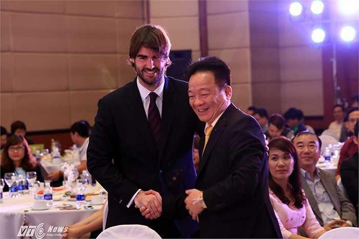 Bầu Hiển bắt tay với giám đốc điều hành khu vực Châu Á Thái Bình Dương của Barca, ông Xavier Asensi. (Ảnh: Phạm Thành)