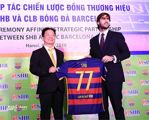 Giám đốc Xavier Asensi tặng bầu Hiển chiếc áo đấu có số 77, số nhà trụ sở chính của SHB tại phố Trần Hưng Đạo, Hà Nội.(Ảnh: Phạm Thành)