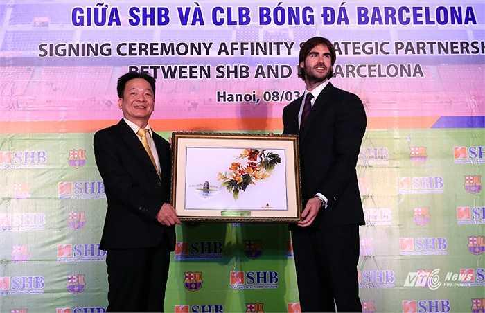 Bức tranh kỷ niệm SHB tặng Barca.(Ảnh: Phạm Thành)