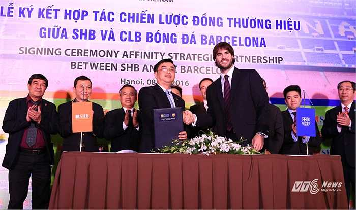 Barca và SHB hợp tác phát hành thẻ đồng thương hiệu. Như vậy, SHB hiện đang sở hữu 2 thẻ đồng thương hiệu cùng Man City và Barca. (Ảnh: Phạm Thành)