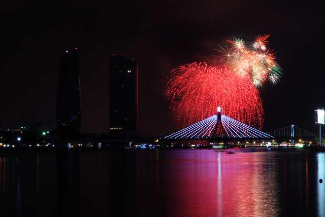 Khác với mọi năm cuộc thi trình diễn pháo hoa quốc tế tại Đà Nẵng năm nay pháo hoa sẽ được bắn trên xà lan đặt giữa xông hàn.