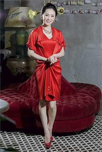 'Sang chảnh' trong những thiết kế hàng hiệu Valentino, Thái Như Ngọc như một quý cô sành điệu với cách chọn trang phục hợp phong cách, khiến người đẹp trở nên nổi bật trong từng shoot ảnh.