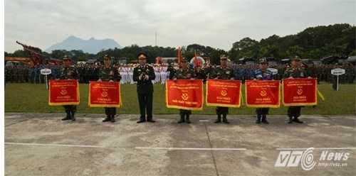 Lãnh đạo Binh chủng Công binh trao giải thưởng cho các đơn vị - Ảnh: Hồng Pha