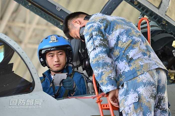Các phi công Trung Quốc trao đổi trước khi huấn luyện