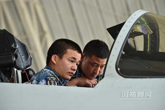 Phi công J-11 của Trung Quốc trước khi bay