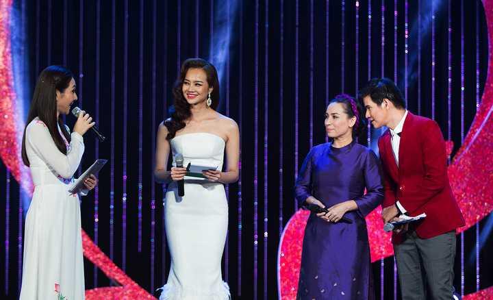 Vũ Mạnh Cường cùng 2 hoa hậu Kiều Ngân, Mai Mai giao lưu với ca sĩ Phi Nhung trên sân khấu