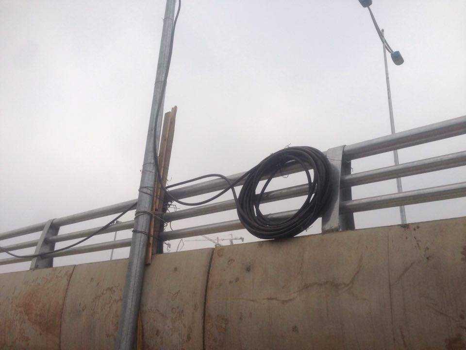 Dây điện treo lơ lửng trên thành cầu