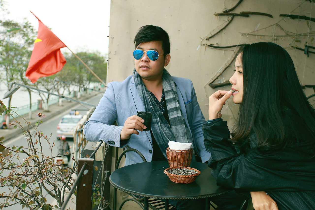 Quang Lê kề cận tình cảm sầu nữ mới của dòng nhạc sến Thúy Huyền gây chú ý.