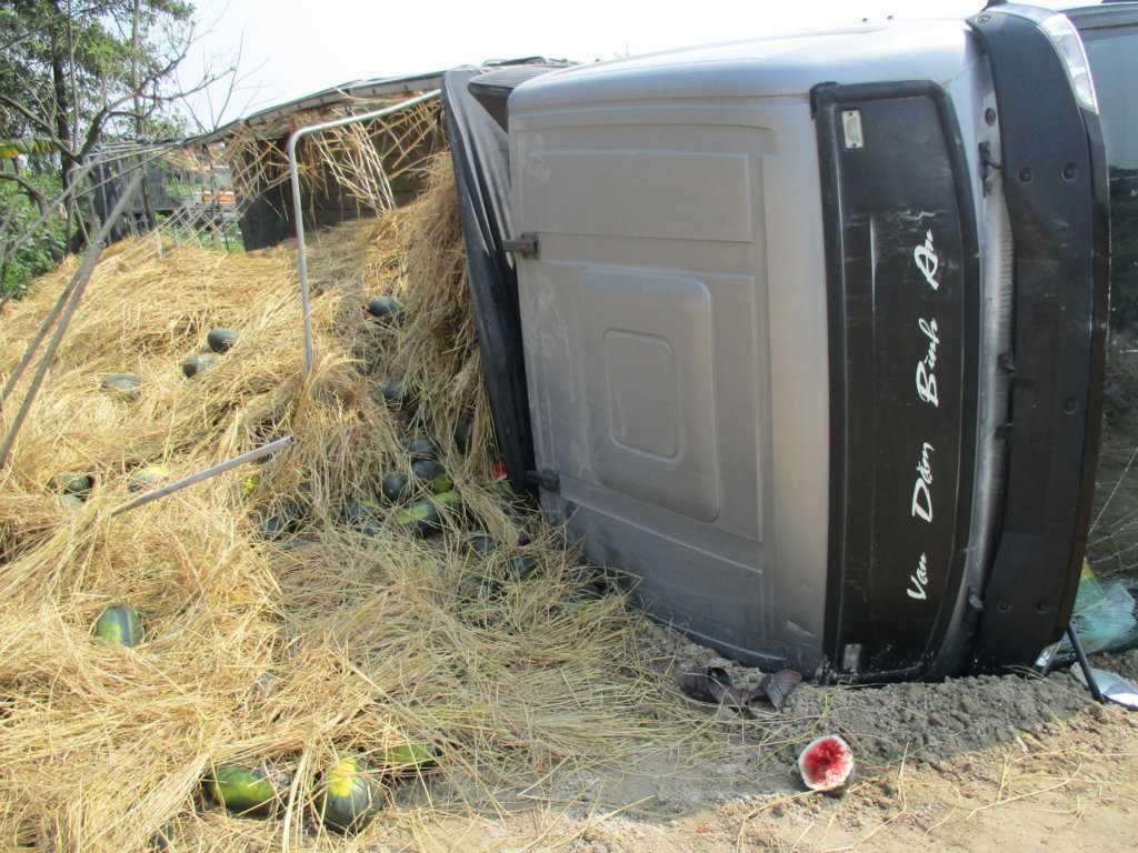 20 tấn dưa hấu nằm lăn lóc dưới ruộng khi chiếc xe bị lật.