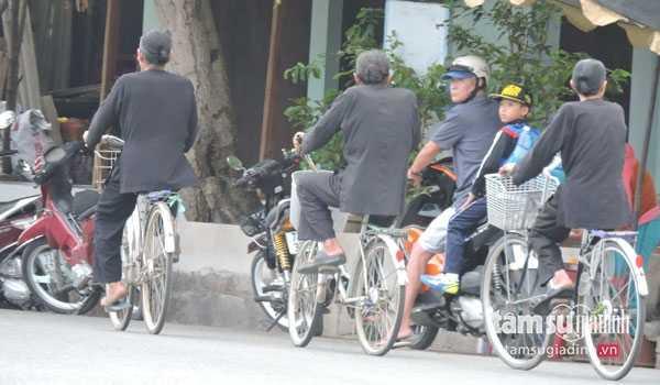 Người dân Long Sơn mặc áo bà ba tóc búi cao