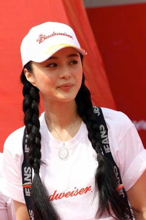 Cô diện trang phục rất đơn giản với áo phông và mũ trắng.